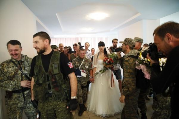 Террористы обстреляли автобусы с беженцами в Луганске и не позволяют забрать трупы - ждут российских журналистов, - СНБО - Цензор.НЕТ 1471