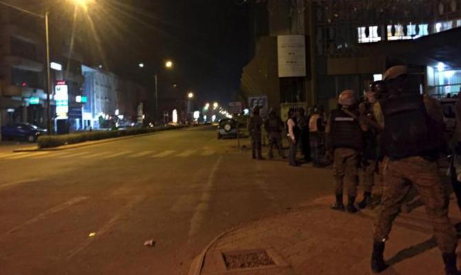 В результате нападения боевиков на отель в Буркина Фасо погибли 20 человек