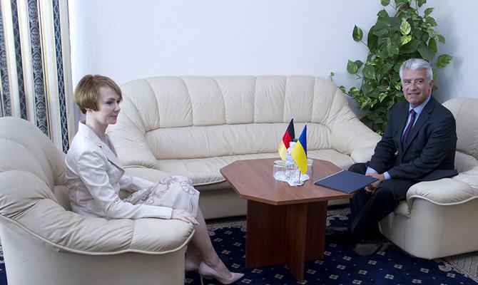 Украина вынуждена будет уступить врамках минских договоров,— посол Германии