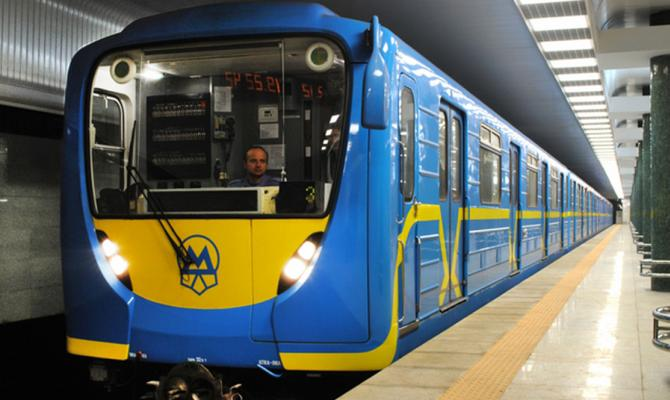 Станция метро Героев Днепра треснула пополам