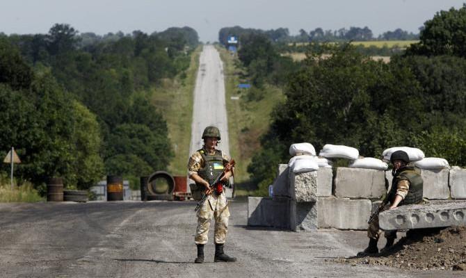 Русские боевики снова обстреляли таможенников наКПВВ «Марьинка»
