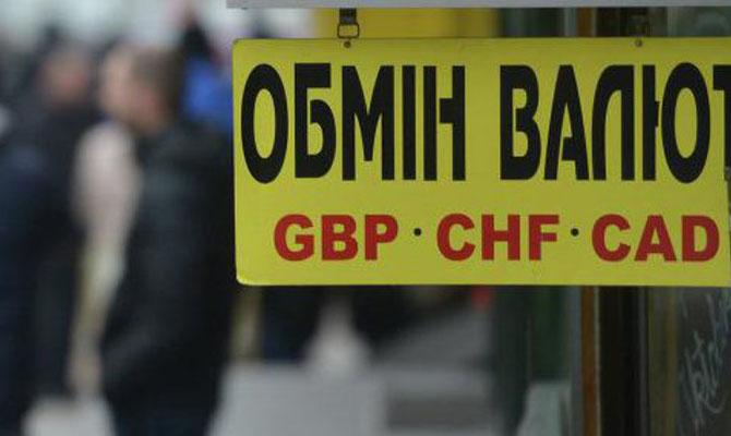 После быстрого падения гривна начала укрепляться навалютном рынке