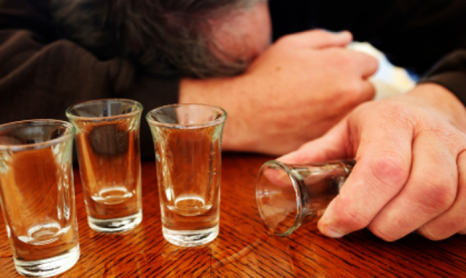 Число погибших отравлений суррогатным спиртом достигло 73