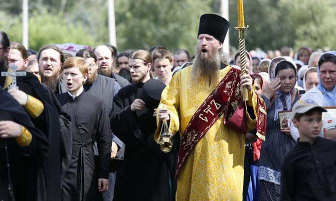 Верующие Украины проводят молебен под Радой, страшась запрета деятельности УПЦМП