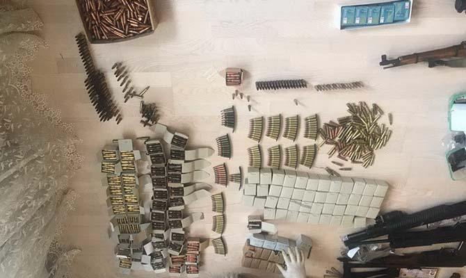 ВКиеве через электронный магазин военных аксессуаров продавали боевое оружие