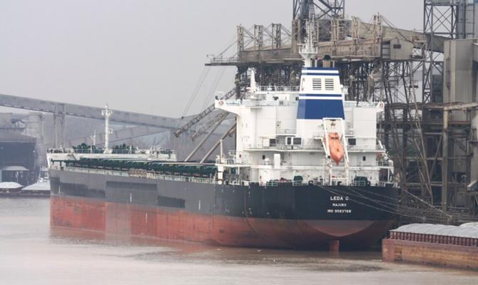 Очередное судно с углем из ЮАР зашло в порт «Южный»