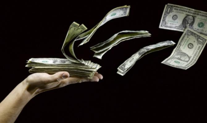 Доллар на черном рынке немного подешевел в продаже