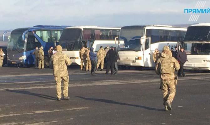 Первый автобус с освобожденными украинскими заложниками уже на нашей территории