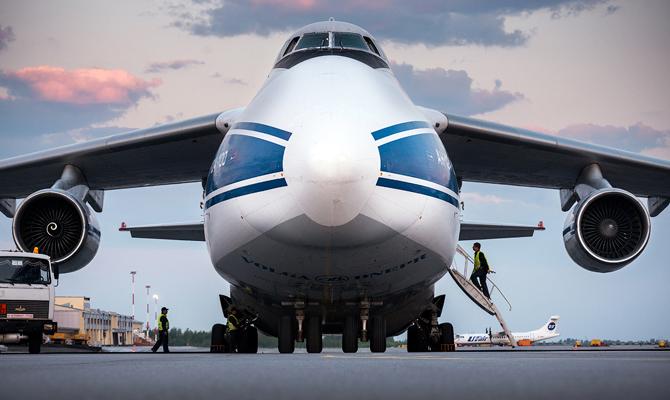 Украинский самолет Руслан перевозит детали для ракеты SpaceX