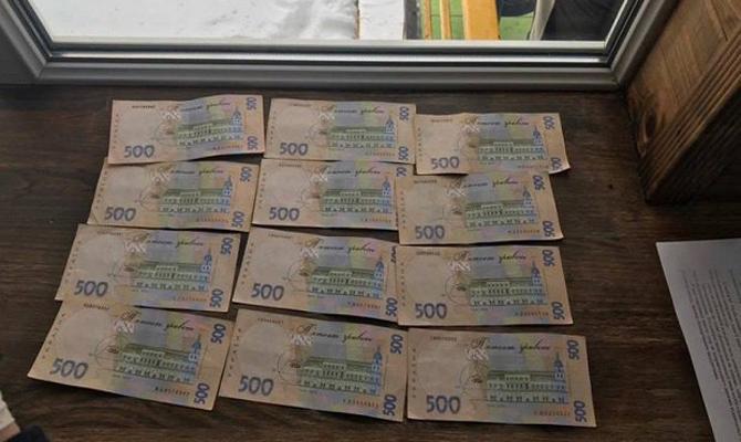 В Киеве при получении взятки задержан чиновник Дарницкой РГА