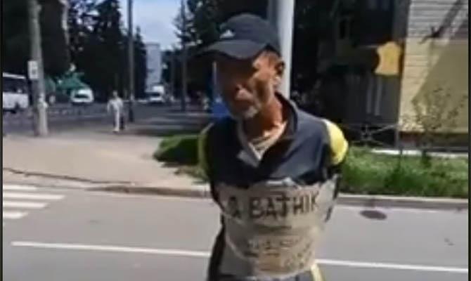 В Чернигове мужчину привязали к столбу с табличкой «Я ватник»
