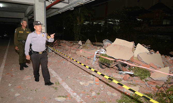 В результате землетрясения в Индонезии погибли почти сто человек