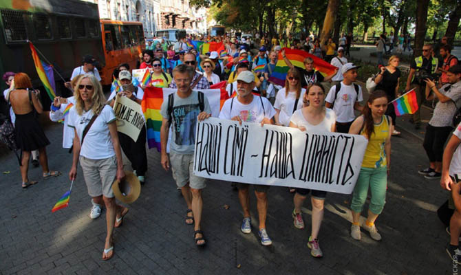 В центре Одессы под охраной полиции прошел миниатюрный ЛГБТ-парад