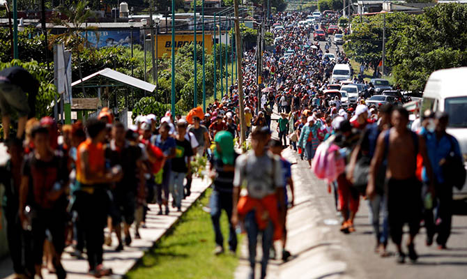 Сотни мигрантов подошли вплотную кгранице США, военные возводят баррикады