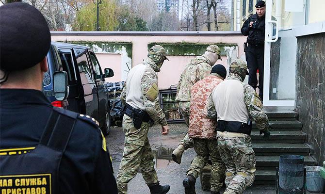 Россия пустила дипломатов к захваченным украинским морякам