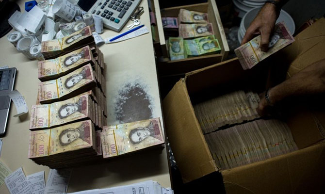 Инфляция в Венесуэле по итогам года достигла 1700000%