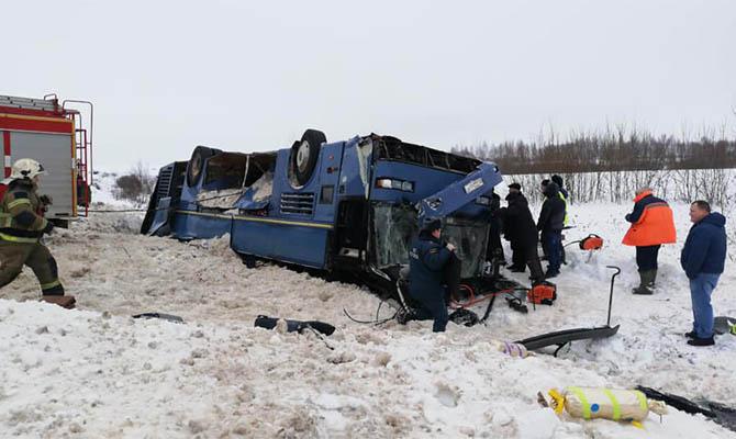 В России перевернулся автобус с детьми, есть погибшие