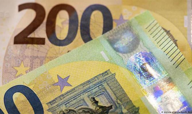 Еврозона ввела вобращение новые купюры в100 и200евро