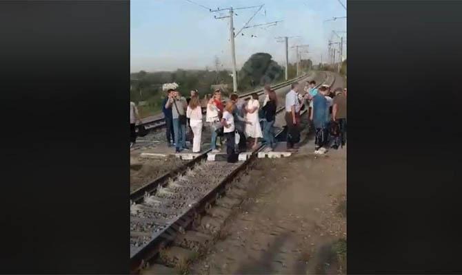 Киевляне блокировали движение городской электрички