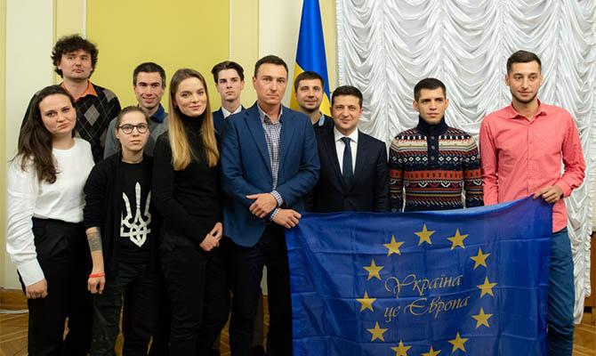 Зеленский встретился с участниками Евромайдана и пообещал не предавать Украину