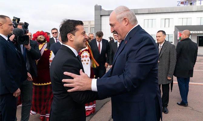 Зеленский передал Лукашенко в подарок вышиванку