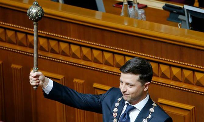 Рейтинг Зеленского падает, но все равно остается достаточно высоким