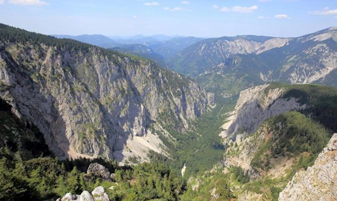 В швейцарских Альпах разбился туристический самолет