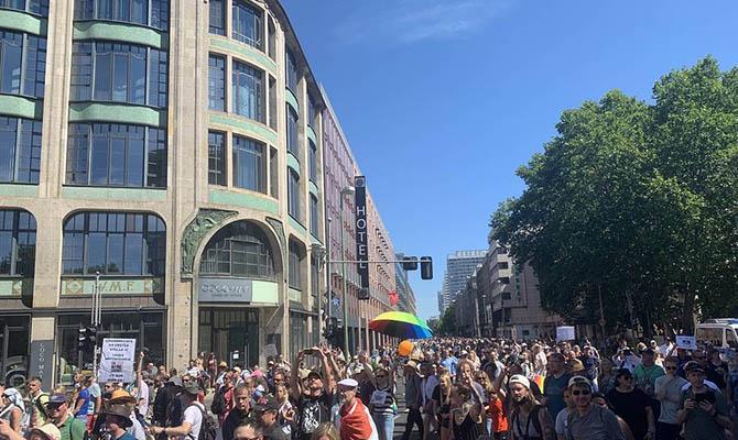В Берлине прошла многотысячная акция против карантина