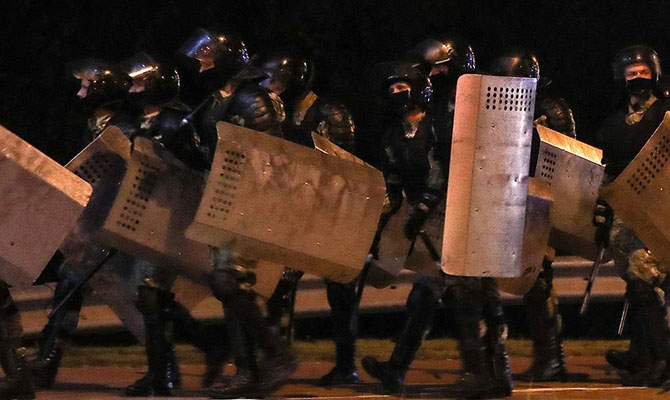 В Беларуси в ходе массовых акций пострадали 103 правоохранителя