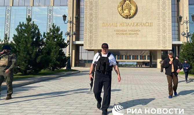Лукашенко снова попозировал с автоматом на фоне резиденции