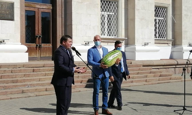 В Херсоне Шмыгалю подарили гигантский арбуз