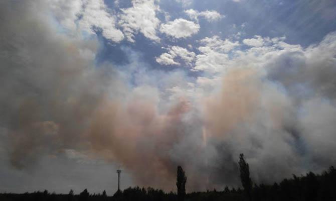 В Станице-Луганской горит улица, взрываются оставшиеся после обстрелов боеприпасы