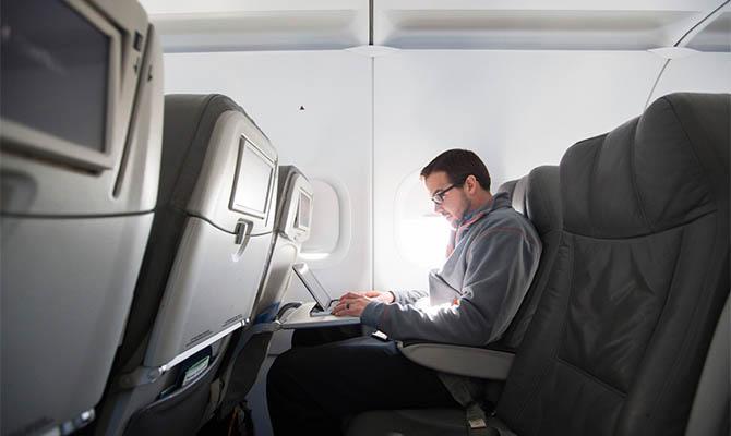 В США посчитали риск заразиться COVID-19 в самолете