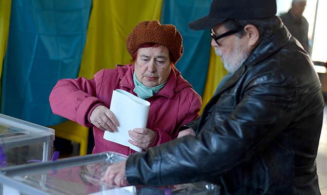 В Украине открылись участки для голосования на местных выборах