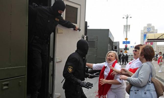 Силовики разогнали протестующих на очередной акции в Минске
