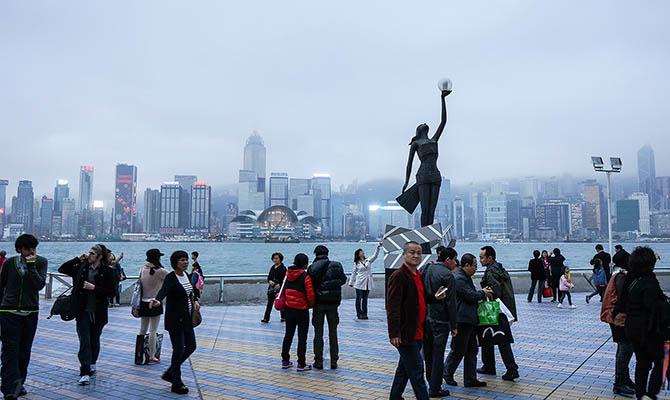 Глава Гонконга не может пользоваться банками из-за санкций США