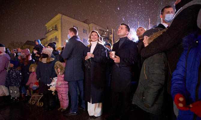 Зеленский с супругой посетили праздничный городок на Банковой