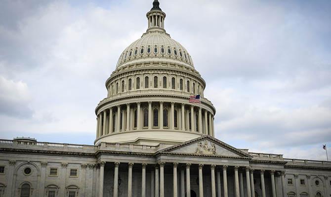 Конгресс США одобрил пакет стимулирования экономики почти на $900 млрд