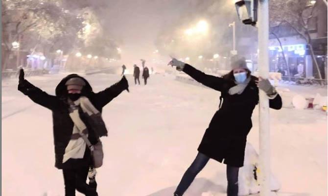 В Испании три человека погибли из-за непогоды, Мадрид засыпан снегом