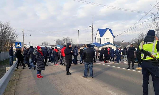 На западе Украины люди массово перекрывают дороги из-за новых тарифов