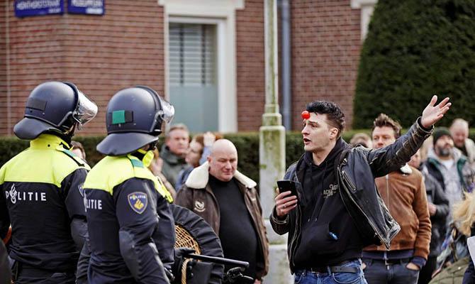 В Нидерландах полиция применила водометы для разгона противников карантина