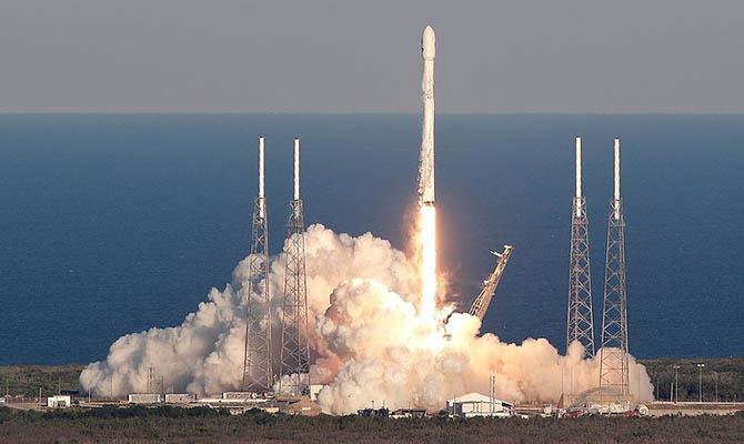 SpaceX запустила ракету с более чем 140 спутниками