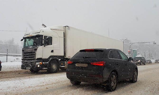 На трассе Киев-Одесса из-за непогоды образовалась огромная пробка из сотни грузовиков