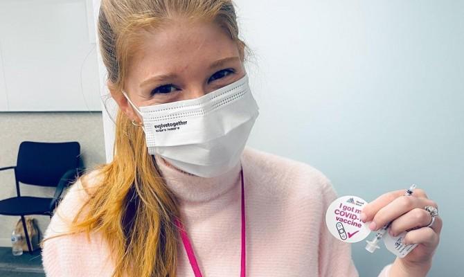 Дочь Гейтса пошутила про «теории заговора» после вакцинации от COVID-19