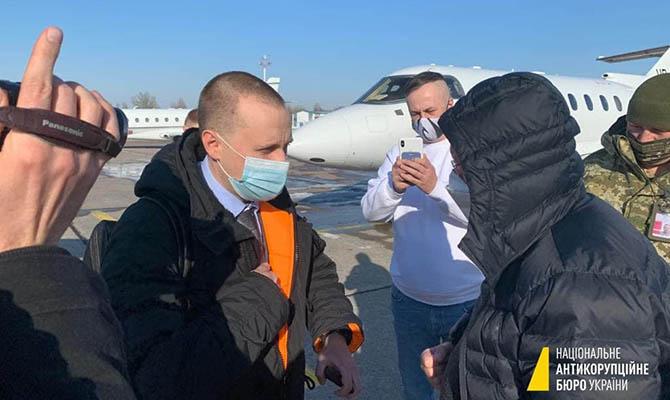 НАБУ сняло с самолета бывшего зампредправления ПриватБанка