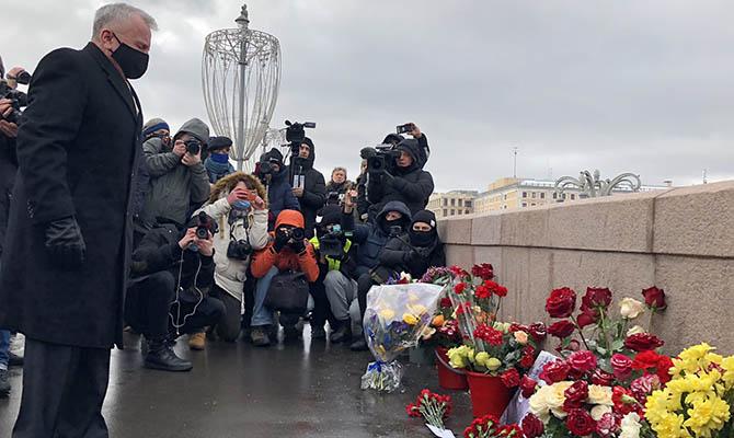 Послы западных стран возложили цветы к месту убийства Немцова