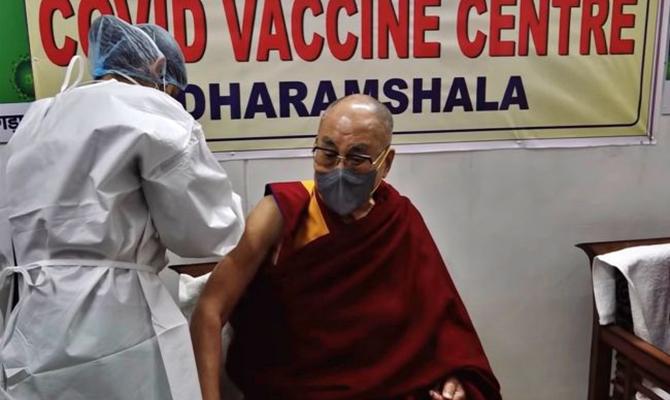 Далай-лама получил прививку вакциной Covishield, которую купила Украина