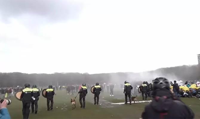 В Гааге полиция применила водометы для разгона акции протеста