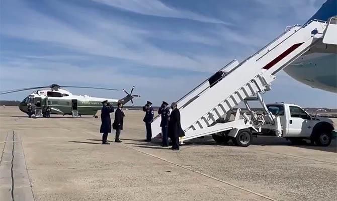 Байден упал, поднимаясь по трапу президентского самолета