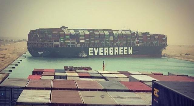 В районе Суэцкого канала сейчас заблокированы около 150 судов